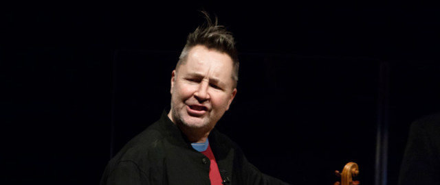 &nbsp; Geigenvirtuose Nigel Kennedy nahm die Zuhrer bei seinem Akustik-Konzert in der Mncher Philharmonie, mit auf eine Reise durch die...